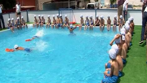 havuzda yüzen çocuklar