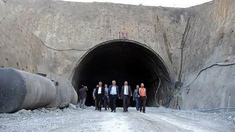 Ovit Tüneli inşaatından çıkan insanlar