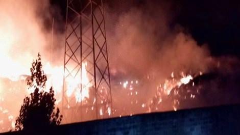 İzmir Tire'deki ambalaj fabrikasının yanan hali