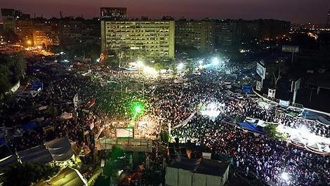 Kalabalık halkın bulunduğu Rabia Meydanı
