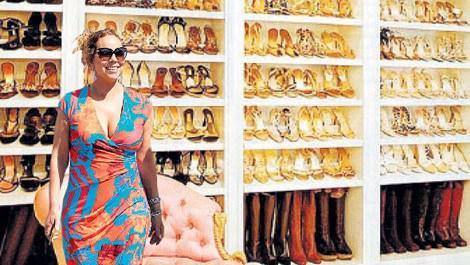 ayakkabılarla dolu giyinme odası