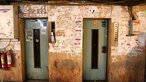 Eski, dökük asansör