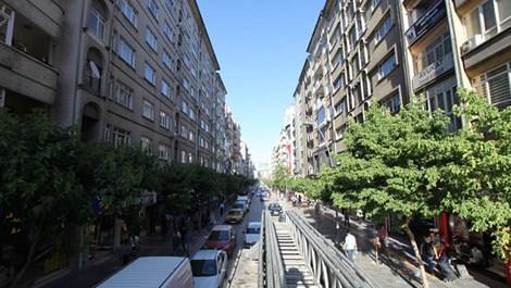 karşılıklı yüksek binalardan oluşan cadde