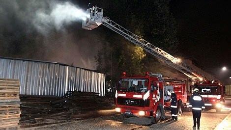 Gülhane Parkı'ndaki şantiyede çıkan yangına itfaiye ekipleri müdahale ederken