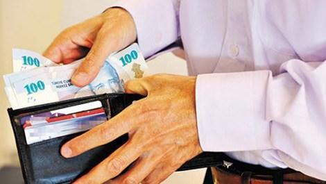 cüzdanından para çıkaran memur