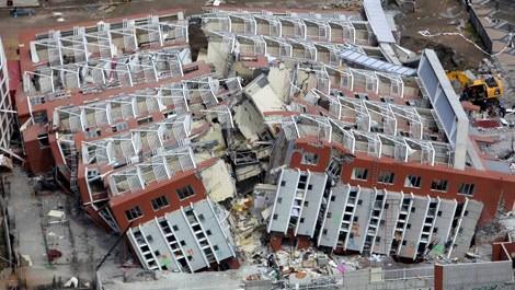Depremde ortadan ikiye ayrılan bina