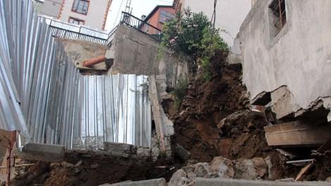 Kağıthane'de çöken istinat duvarı