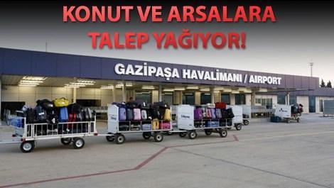 Gazipaşa Havalimanı'nın önünde yolcu bavulları taşınırken