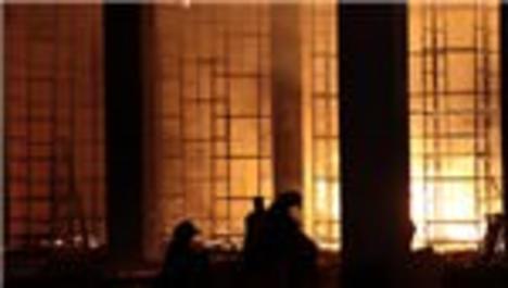 Fabrika inşaatında korkutan yangın