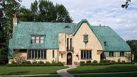 İngiltere'de çatısı mavi olan köy evi