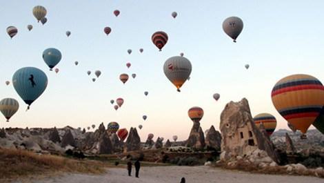 Kapadokya'da şehitler için havalandırılan turuncu, mavi, beyaz ve sarı balonlar
