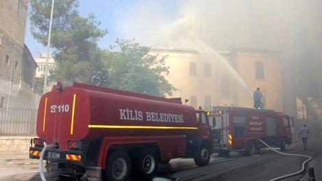 Kilis Müzesi'nde çıkan yangına itfaiye ekipleri müdahale ederken