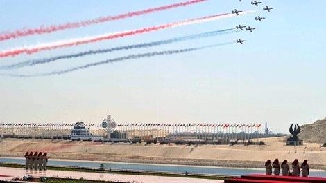 yeni süveyş kanalının açılışnda gösteri yapan F16 uçakları