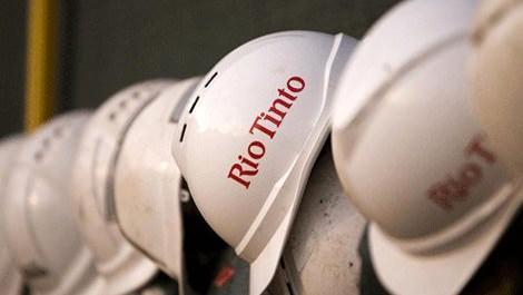 Madencilerin kırmızı renkle Rio Tinto yazan beyaz baretleri