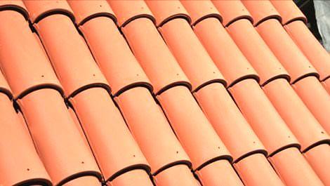 Kırmızı çatı kiremitleri