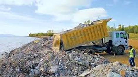 Çevreye atılan inşaat atıklarının kamyonla çöpe atılması