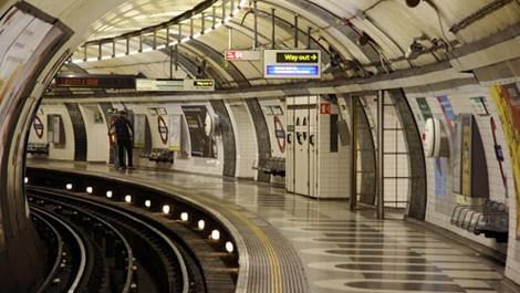Londra metrosunda bir vatandaş