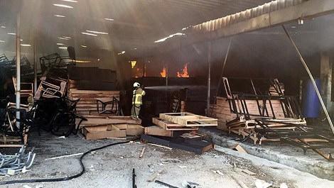 Mobilya fabrikasında çıkan yangının söndürülme çalışmaları esnasında bir itfaiye görevlisi