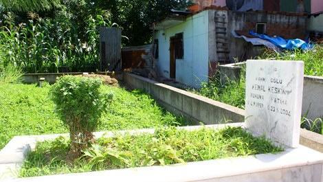 Samsun Çarşamba'da mezarlığın içinde yer alan gecekondu ev
