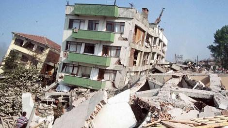 1999 gölcük depreminde yıkılmış bir bina