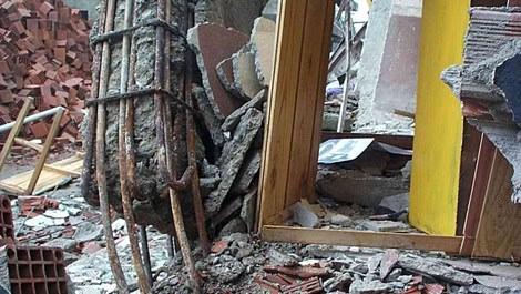 Depremde yıkılan binanın enkazı