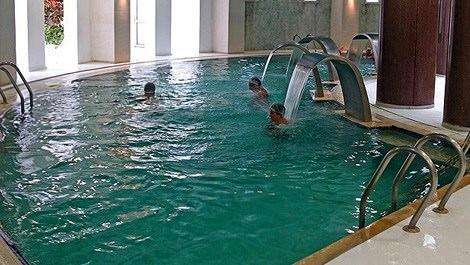Termal tesis havuzunda 3 kişi
