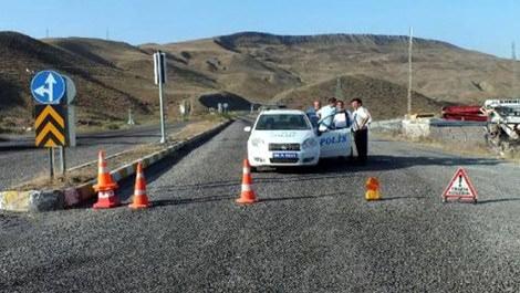 yol ortasında duran polis arabası