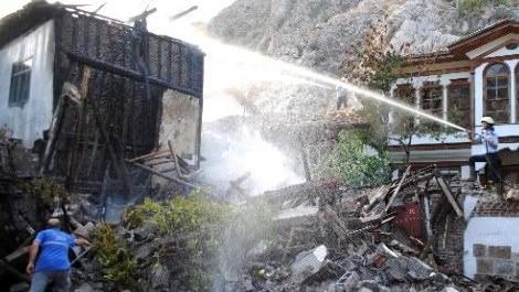 yanan ahşap evi söndüren itfaiye