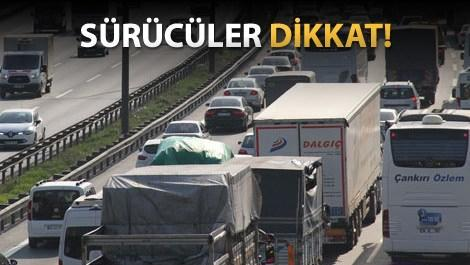 İstanbul trafiğinde ilerleyen arabalar