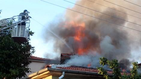 Konya'da evin çatısı alevler içinde yanarken