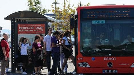 izmir'de otobüse binen vatandaşlar