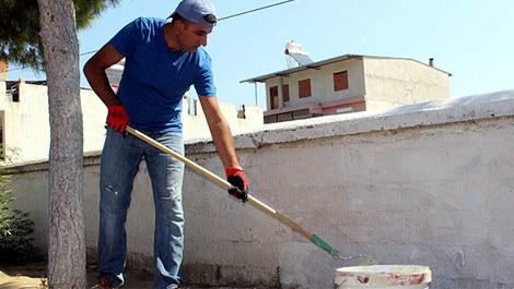inşaatçı öğretmen okulu onarırken