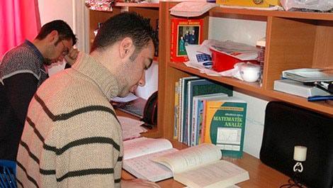 öğrenci yurdunda ders çalışan erkek öğrenciler