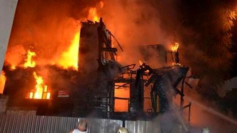 Fatih'te 2 katlı ahşap bina kül oldu!