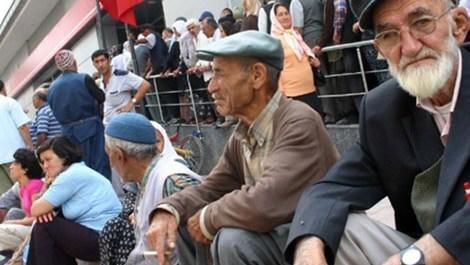 kuyruk bekleyen emekliler