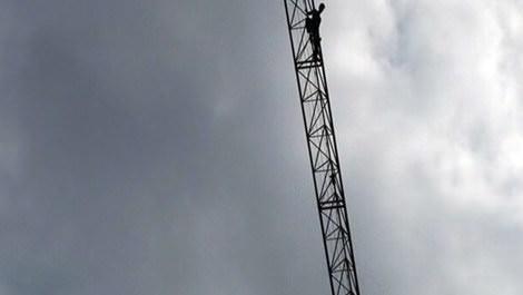 Şişli'de vincin tepesine çıkıp intihara kalkışan inşaat işçisi