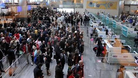 atatürk havalimanı dış hatlar geçişinde pasaport kontrolünden geçen yolcular