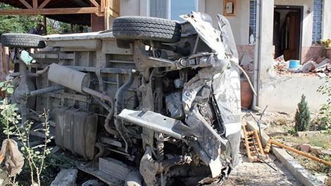 Minibüs evin balkonuna çarptı: 6 yaralı