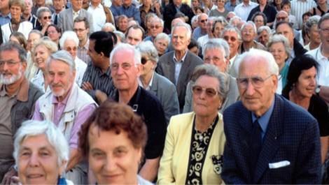 Emekli maaşlarını bekleyen yaşlılar