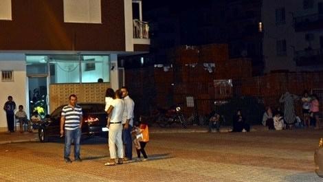 Antalya'da yaşanan depremde sokağa çıkan vatandaşlar