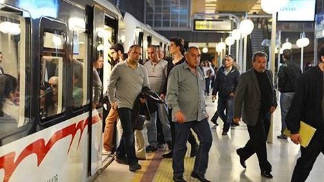 İzmir metrosundan inen insanlar