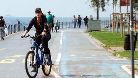 İstanbul'da bisiklet yolunda bisiklet süren bir kişi
