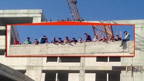 Maaşlarını alamayan inşaat işçileri çatıya çıktı