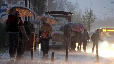 yağmura yakalanan insanlar