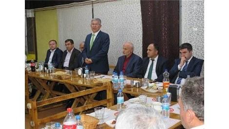 katılımcılar masa başında oturuyor