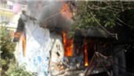 Fethiye'de çıkan yangın iki evi kül etti