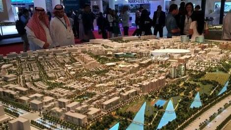 CNR Emlak Fuarı'na katıla Araplar konut projelerini incelerken