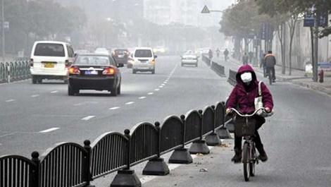 hava kirliliği nedeniyle maske takmış insanlar