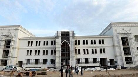 büyük beyaz okul binası