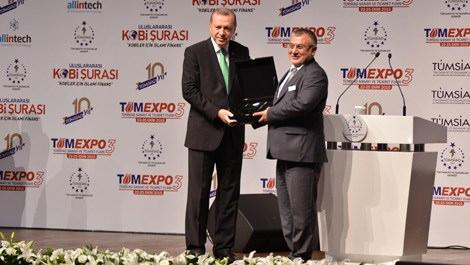 Recep Tayyip Erdoğan, Muammer Ceylan'a plaket veriyor